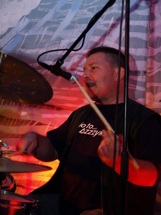 Jacek Fimiak – instr. perkusyjne, śpiew